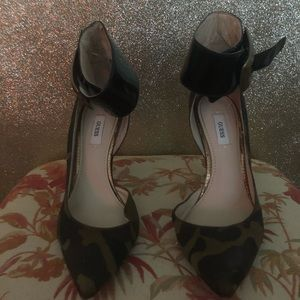 Guess camouflage print heels!